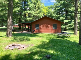 Kishauwau's Starved Rock Area Cabins - Dog Friendly Cabin w/Whirlpool Tub