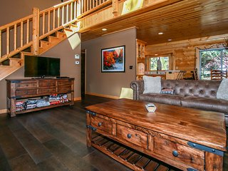 Log Home Retreat Modern 3 BR Central / Pool Table