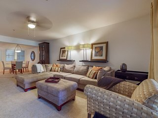 Biltmore area condo w/ quiet patio & shared pool/hot tub/gym - near everything!