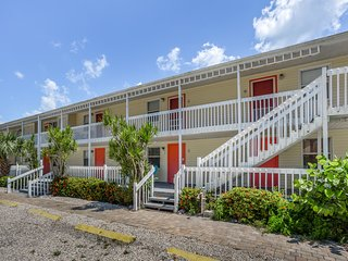 Beachfront studio condo w/ a full kitchen on trolley routes - near restaurants