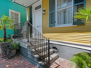 Vintage home w/ balcony, jetted tub, & WiFi - close to the French Quarter!