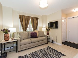 Brand New Stylish Townhome close to Downtown, Roger's Place and 15 min to WEM
