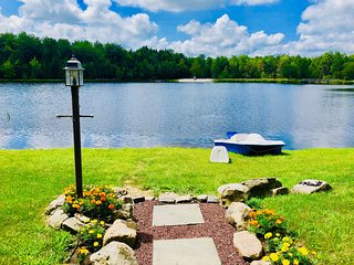 ⛱⛰⛷ POCONOS LAKE FRONT CABIN ★ HOT TUB, 4-Season Rm 2 Fireplaces Game Ro