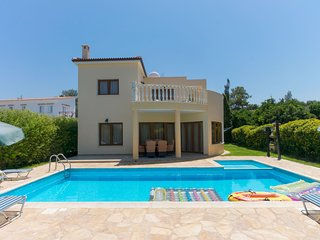 Villa Tsikkos Dio: Beachfront, Pool, A/C, WiFi