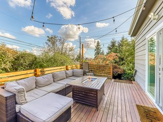 Dog and family friendly home near downtown with free WiFi & fire pit!