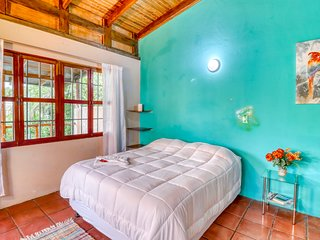 Hilltop studio in Manuel Antonio w/beautiful ocean views - near beaches!