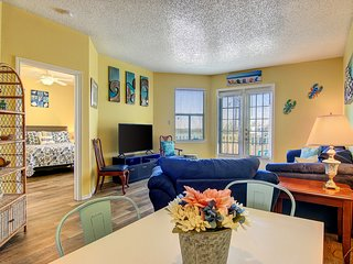 Dog-friendly Seaside condo w/balcony, shared pool & hot tub - close to beach