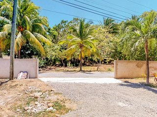 Family-friendly villa surrounded by nature w/ balcony - 1 mile to beach!