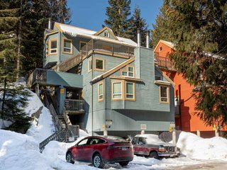 Cozy 1 bedroom Townhouse in Gondola Village, 100 meters from the Creekside lifts