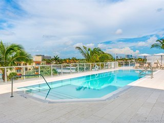 Gale 9th Floor Condo - Pool, Clubhouse, free parking for stays 27 days and over.