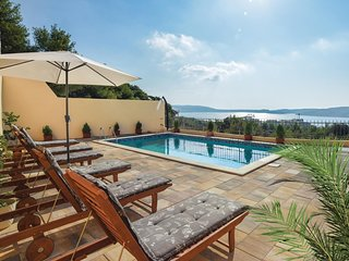 Nice home in Seget Donji w/ WiFi and 12 Bedrooms