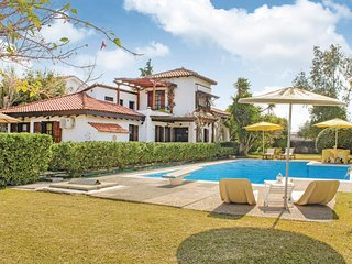 Nice home in Marathons w/ Outdoor swimming pool, WiFi and Outdoor swimming pool