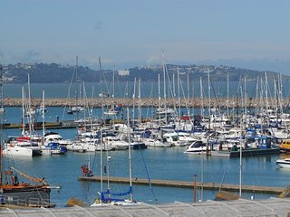 16 Moorings Reach - Luxury 2 bedroom townhouse with private parking, balcony & s