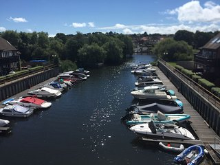 STUNNING 'WATERFRONT 'HOUSE WITH SOUTH FACING MARINA VIEWS! Parking, WiFi