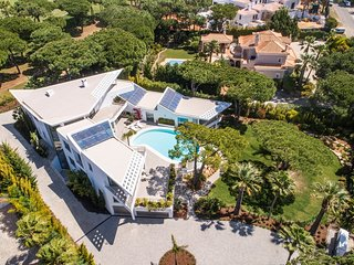 7 bedroom Villa with Pool, Air Con, WiFi and Walk to Shops - 5813874