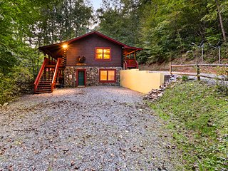 Mountain log cabin w/ hot tub, fireplace & firepit - dog-friendly!