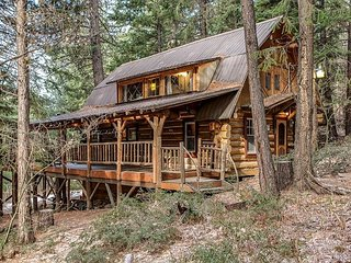 Log Cabin Living, Hot Tub, WiFi, Cable, and close to hiking & fishing