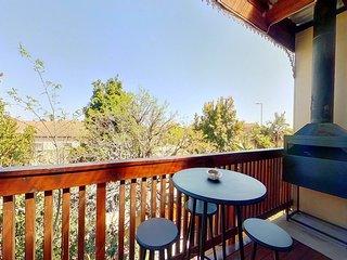 Mountain views, private balcony, 5 min to beach & Free Wi-Fi