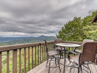 Gorgeous mountain home w/ a fireplace & lots of space - close to skiing!