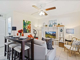 2 Blocks to Beach! Walk to Dining & Shops-Off St Parking-Small Dogs Allowed-Beac