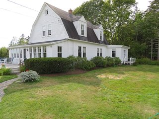 Classic New England beauty - 4B/3B Home, stunning views from deck & sunroom