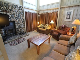 Remodeled Corner Unit, On Free Shuttle Route, Summer Pool and Tennis Court