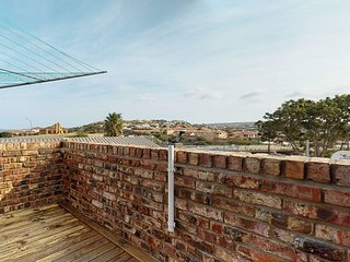 Oceanview family home with a private balcony, free Wifi, and barbecue