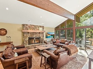 Luxe Chalet w/ Private Hot Tub: Rec Center & Free Shuttle - 1 Mile to Resort