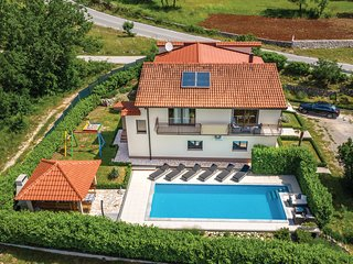 Beautiful home in Dicmo w/ WiFi and 6 Bedrooms