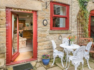 FOXGLOVE COTTAGE, pet friendly, country holiday cottage, with a garden in