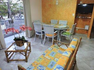 Apartamento 11 de 3 dormitórios para 8 pessoas a 2 quadras da Praia da Enseada