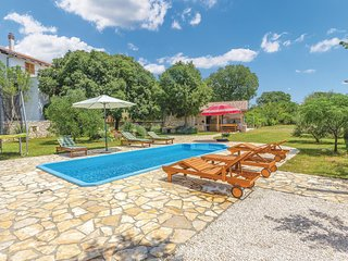 Beautiful home in Sibenik w/ WiFi and 4 Bedrooms (CDV807)