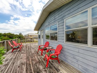 Dog-friendly home w/ beach access  & deck - snowbirds welcome!