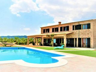 Finca ES VINYET for 12 people in Petra (Mallorca). Ideal for families. Private p