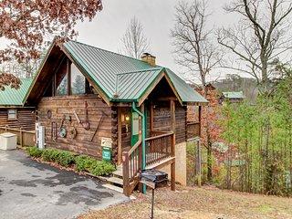 Quaint cabin w/ private hot tub & shared seasonal pool - great romantic getaway!