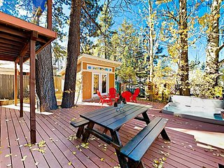 The Cozy Pumpkin | Walk to Village & Lake | Private Hot Tub, Foosball & Decks