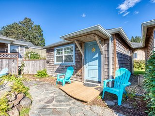 Upscale dog-friendly beach cottage just a block to the beach and close to town!