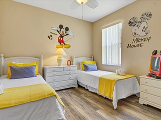 Disney Towers- 4 Bedroom Private Home with Pool/ Spa and Game Room