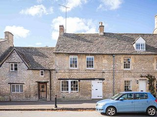 Fairholme is a stylish holiday home set in the picturesque town of Northleach