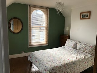 Harold House , relaxing double rooms in artists gorgeous town house.