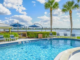 2BR Along the Coast of Naples Bay w/ FREE WIFI, Resort Pool & Near Beach