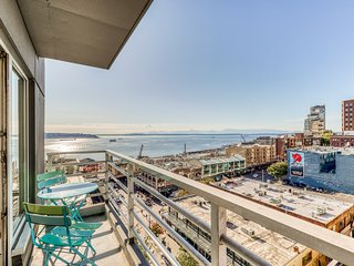 Bayview suite w/ great views, walk score of 100 & shared indoor pool & hot tub
