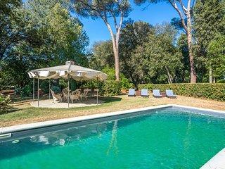 San Lorenzo District Chateau Sleeps 10 with Pool and Air Con - 5750047