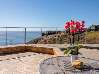 'Above & Beyond' Ocean Villa! Ocean Views! Hot Tub!