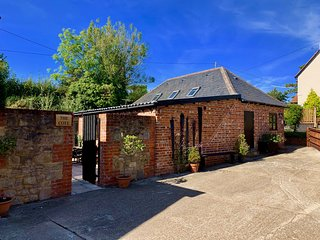 New - Stunning Barn Conversion for 4, two bed, two bath, 3 miles from Ryde