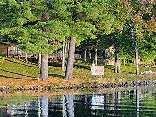 Lake view suite w/ shared tennis/playground/docks, free WiFi - dogs OK!