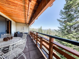 Ski-in/ski-out getaway w/ private deck, shared spa, & Crowley Lake views