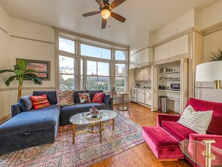 Riverfront apartment w/ shared deck & city views - steps to dining/shopping!
