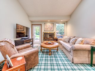 Golf course-adjacent condo w/ shared hot tub/pool/gym - near skiing