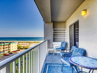 Cozy, snowbird-friendly condo w/ beautiful views, pools, gym, & beach access!